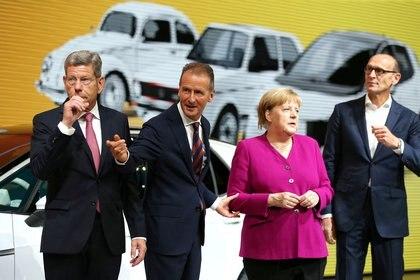 Bernhard Mattes, Herbert Diess, director general de Volkswagen AG, la canciller alemana Angela Merkel y Ralf Brandstaetter, director de operaciones de Volkswagen