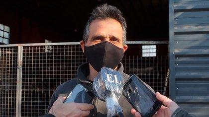 Adrián Pocovi cuenta a la prensa local cómo fue el robo que sufrió. (captura)