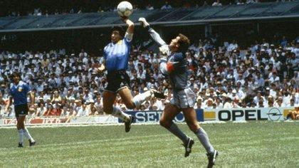 La polémica jugada de Diego Maradona conocida como la Mano de Dios, en la que metió un gol tocando la pelota con la mano