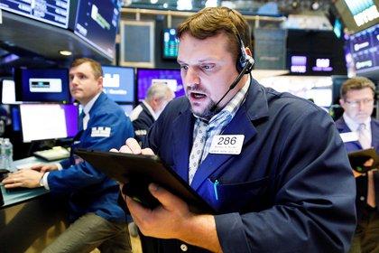 Economistas trabajan durante una jornada en la Bolsa de Nueva York, en Nueva York (EE.UU.). EFE/Justin Lane/Archivo