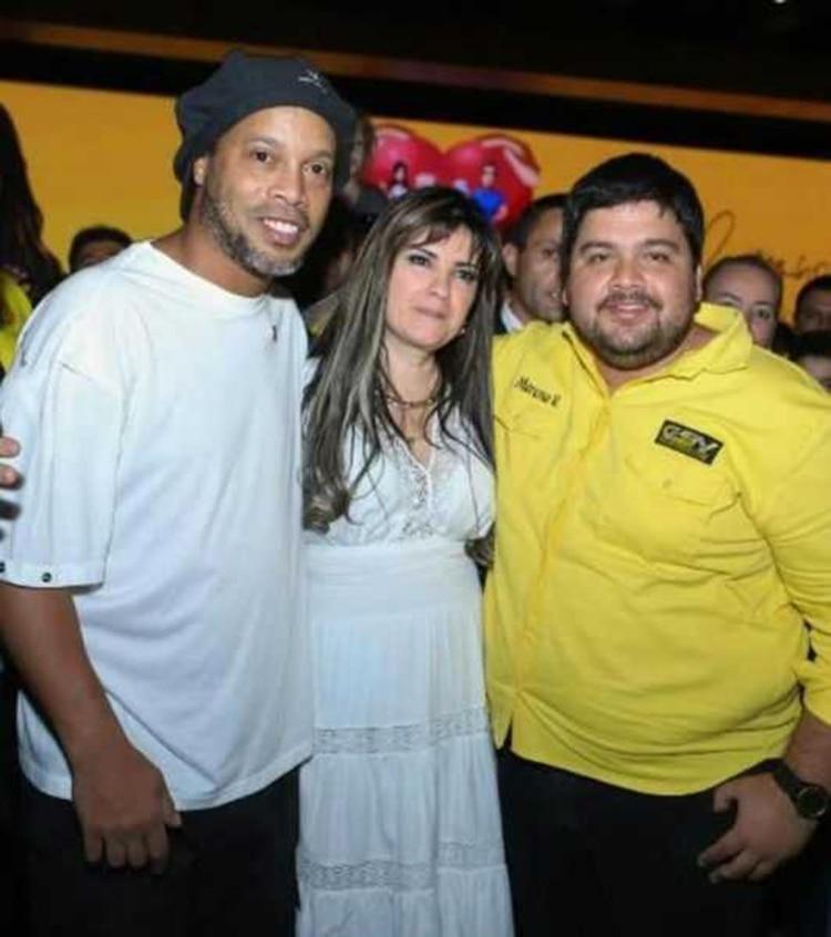 Ronaldinho junto a Dalia López, quien sigue prófuga
