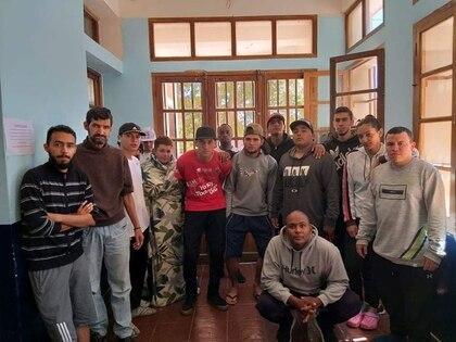 Foto de un grupo de hinchas de fútbol colombianos posando en una escuela en La Quiaca, Jujuy, Argentina.  Abril 1, 2020  Foto obtenida por Reuters de redes sociales.  ESTA IMAGEN FUE PROVISTA POR UNA TERCERA PARTE, PROHIBIDA SU CENTA O SU USO COMO ARCHIVO