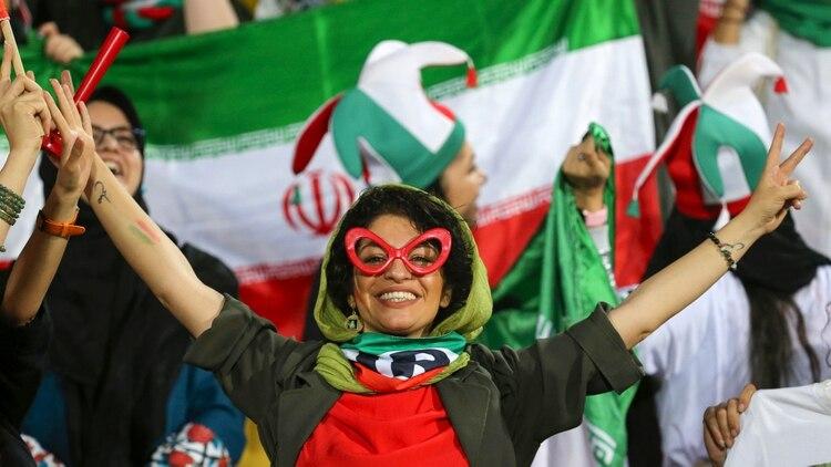 Las mujeres siguen enfrentando restricciones para participar de los partidos de fútbol (Photo by ATTA KENARE / AFP)