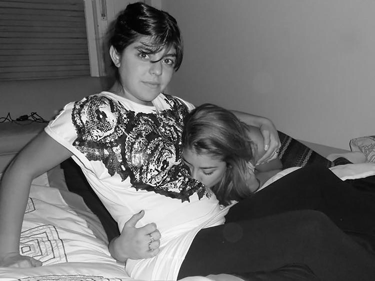 Florencia embarazada de su hija. Quien le besa la panza en su hermana, Rocío.