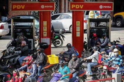 Venezolanos en motocicletas buscan gasolina en San Antonio, cerca de Caracas, el 9 de septiembre de 2020. REUTERS/Manaure Quintero
