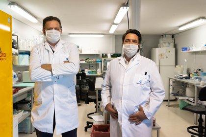 Los doctores Fernando Goldbaum y Linus Spatz encabezan el equipo que lidera el tratamiento del suero hiperinmune en el país (Foto: Franco Fafasuli)