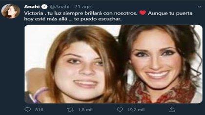 Anahí publicó una foto donde estaba abrazando a Victoria y le dedicó un mensaje (Captura de pantalla Twitter @Anahi)