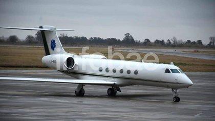El avión de la familia Messi en el aeropuerto minutos antes del despegue (Foto: Leonardo Galletto)