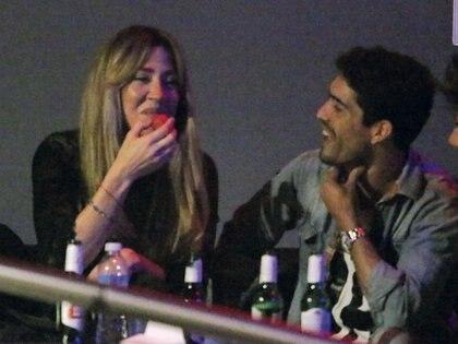 Un rato después de ser fotografiados por primera vez juntos, la pareja se relajó para ver el show de la cubana. Se abrazaron, tomaron cerveza y se rieron toda la noche. Ya no había nada que ocultar. (Foto: Movilpress)