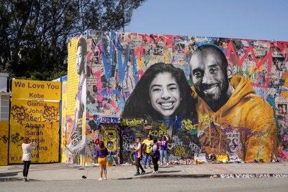 Kobe Bryant junto a su hija Gianna inmortalizados en un edificio de Los Ángeles  (Reuters)