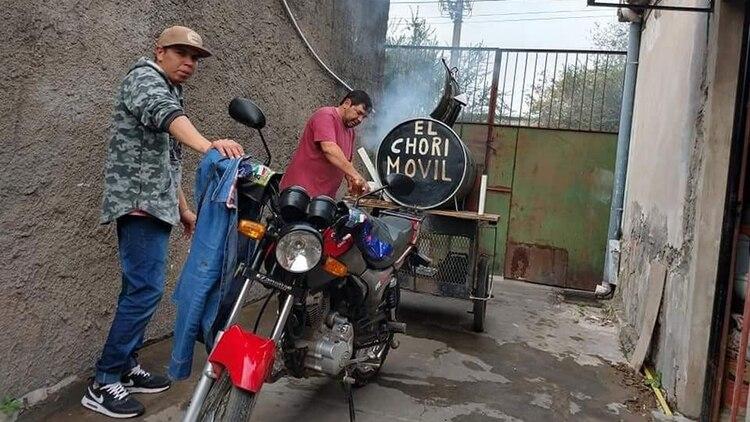 Adrián primero deberá poner su invento en regla para poder salir a vender la carne por los barrios. El video se filmó en Berazategui, pero él reside en Quilmes Oeste