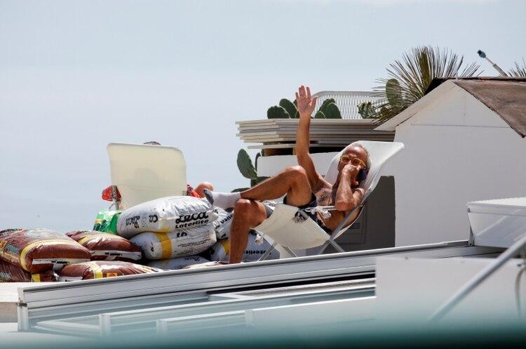 Un hombre en la terraza de su casa en Nápoles (REUTERS/Ciro De Luca)