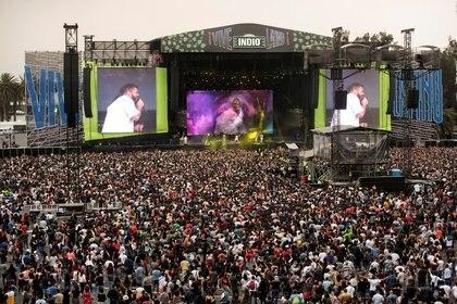 """Miles de fanáticos de la música asisten al festival de música """"Vive Latino"""" cuando las autoridades de salud de México comenzaron a implementar medidas más estrictas para contener la propagación del coronavirus (COVID-19) y pidieron el fin de las grandes reuniones, en la Ciudad de México, México el 15 de marzo de 2020 REUTERS / Stringer NO HAY REVENTAS. SIN ARCHIVOS"""