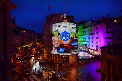 El resultado de las elecciones se proyecta en Broadcasting House en Londres el 13 de diciembre de 2019 (Jeff Overs/BBC/Handout vía REUTERS)