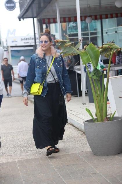 Connie Ansaldi de paseo por La Barra