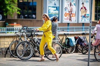 Con un atuendo amarillo, la reina deslumbró a todos (AFP)