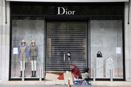 Tiendas cerradas y gente en la calle durante la cuarentena en Barcelona, España (REUTERS/Nacho Doce)
