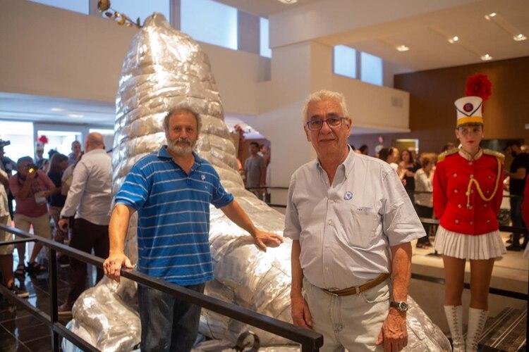 """Hugo Ciciro y el """"maestro"""" Pallarols, escultor y orfebre junto a la obra (Christian Heit)"""