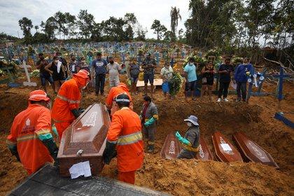 Un entierro masivo de víctima del coronavirus en el cementerio Taruma de Manaos (REUTERS/Bruno Kelly)