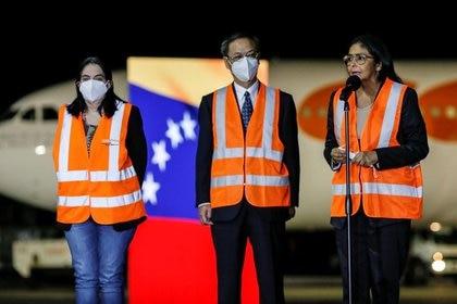 El embajador de China en Venezuela, Li Baorong, y la vicepresidenta de Venezuela, Delcy Rodríguez, hablan ante los medios en la llegada de vacunas chinas Sinopharm contra el COVID-19 a Caracas, Venezuela (REUTERS/Manaure Quintero)