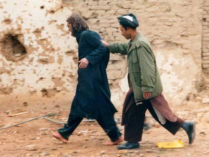 Lindh, es traslados por uno de los soldados de la Alianza Norte tras su captura en las montañas de Afganistán (Reuters)