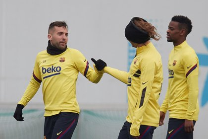 Los jugadores del FC Barcelona Jordi Alba, Antoine Griezmann y Nélson Semedo durante un entrenamiento (EFE)