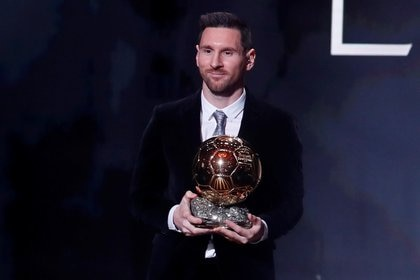 Lionel Messi con su última conquista: su sexta Balón de Oro (REUTERS/Christian Hartmann)