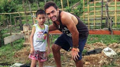 Gonzalo Erize junto a Saun en Laos