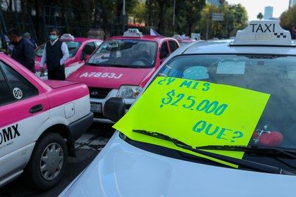 Cientos de taxistas protestan contra conductores de las aplicaciones hoy, en una de las principales avenidas de Ciudad de México (México). EFE/ José Pazos