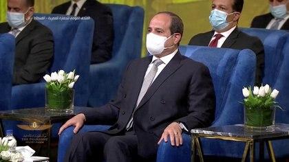 El presidente egipcio Abdel-Fattah al-Sisi también estuvo presente para recibir a las momias, que contarán con una galería propia en el recién rehabilitado Museo de la Civilización Egipcia, cuya apertura al público tras su última reforma será este mismo domingo (Host Broadcaster/REUTERS TV)