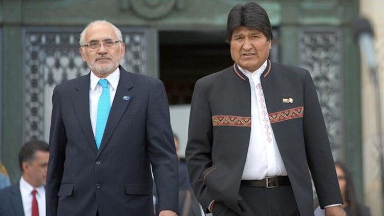 El ex presidente Carlos Mesa y Evo Morales, juntos en La Haya en 2018, donde perdieron la dispuesta legal con Chile por el acceso al Océano Pacífico. Ahora, se disputarán la presidencia.
