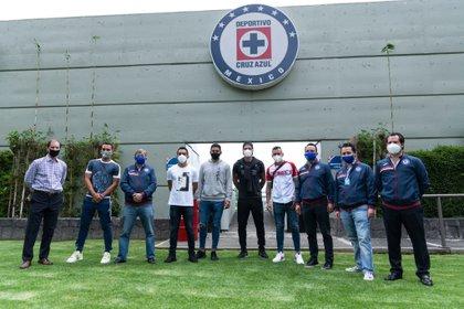 José Antonio Marín y Víctor Manuel Velázquez se han reunido con futbolistas de Cruz Azul en La Noria (Foto: Twitter/ @CruzAzulSCL)
