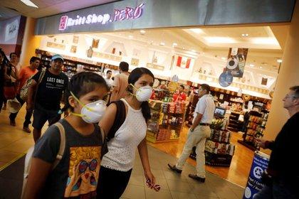 Imagen de archivo de personas con mascarillas andando por el Aeropuerto Internacional Jorge Chávez de Lima, Perú. 6 marzo 2020. REUTERS/Sebastián Castañeda