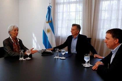 El presidente Macri, junto a la directora del FMI, Christine Lagarde, y el ministro Dujovne