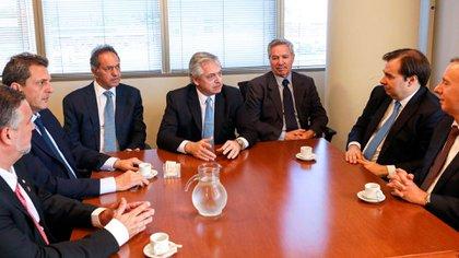 Alberto Fernández, en el centro, ladeado a su izquierda por Daniel Scioli (futuro embajador en Brasil), y a su derecha por Felipe Solá (futuro canciller), conversa con Rodrigo Maia, presidente de la Cámara de Diputados de Brasil