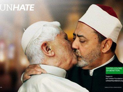 """2011. Volvió el lema """"Unhate"""" a Benetton, pero esta vez, mostrando a personas de la política y líderes besándose. Entre ellos, el papa Benedicto XVI con el líder musulmán Iman Ahmed el Tayyeb, que fue censurada en las calles por ser """"irrespetuosa"""". El objetivo era combatir el odio y los prejuicios en el mundo y apoyar a los jóvenes para un futuromás igualitario"""