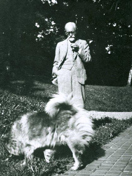 Sigmund Freud con Chow, su perro, cerca de 1920 (Imagno/Getty Images)