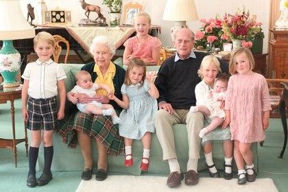 La reina Isabel de Gran Bretaña y el príncipe Felipe sentados con el príncipe Jorge, el príncipe Luis, Savannah Phillips, la princesa Carlota, Isla Phillips, Lena Tindall y Mia Tindall en esta foto sin fecha publicada el 14 de abril de 2021.