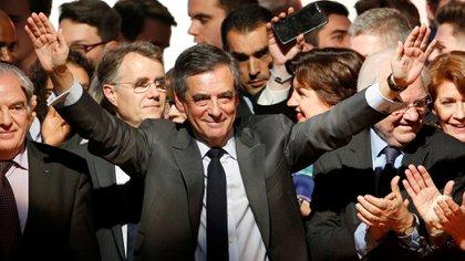 Fillon ha pasado de encabezar las preferencias de voto a un cómodo tercer lugar para la primera vuelta (Reuters)