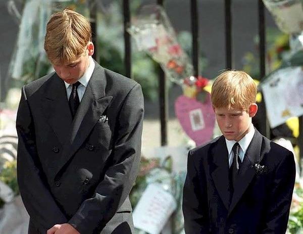 El príncipe William y su hermano, Harry, en el velorio de su madre (AFP)