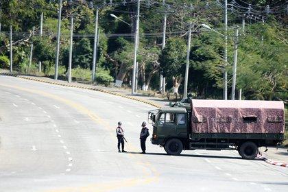 El puesto de control militar de Myanmar se ve de camino al recinto del congreso en Naypyitaw, Myanmar. REUTERS
