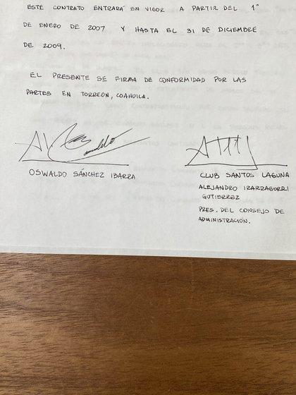 El primer contrato de Oswaldo Sánchez con el Club Santos Laguna (Foto: Twitter@Irarragorri)