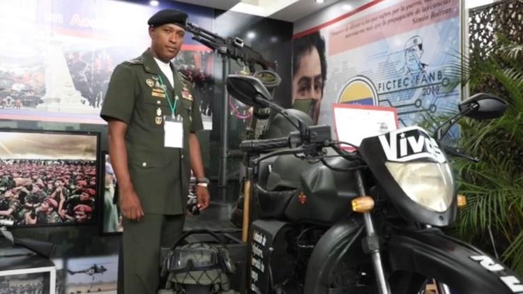 El vehículo fue presentado en la Feria de Innovación, Desarrollo, Ciencia y Tecnología del ejército bolivariano. Junto a la ametralladora se encuentra el lanzacohetes AT4