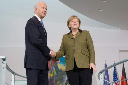 Joe Biden y la canciller alemana, Angela Merkel durante una visita del, entonces, vicepresidente de EEUU, a Alemania, en 2013. EFE/EPA/MAURIZIO GAMBARINI/Archivo