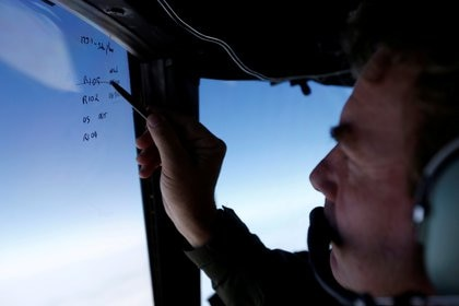 Las operaciones de búsqueda a bordo de un avión de la fuerza aérea de Nueva Zelanda en marzo de 2014 (Reuters/ Jason Reed/ archivo)