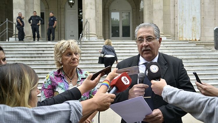 Liliana Rodríguez y Dino Bártoli, psicóloga y papá de Julián, quien además es su abogado querellante (Gustavo Gavotti)