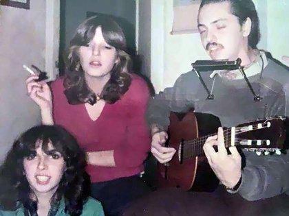 Un joven Alberto Fernández tocando la guitarra y la armónica al estilo Bob Dylan