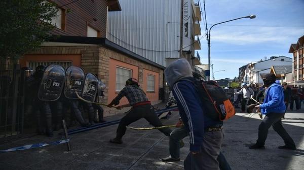 Un representante de la comunidad mapuche ataca a los efectivos de seguridad (fotos: Marcelo Martínez)