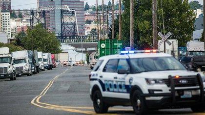 La policía bloqueó las calles aledañas al centro de migrantes (AP)
