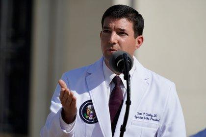 Sean Conley, médico personal del presidente estadounidense Donald Trump, se dirige a la prensa en el Centro Médico Walter Reed en Bethesda, Maryland, EE.UU. hoy, 5 de octubre de 2020. EFE / Chris Kleponis